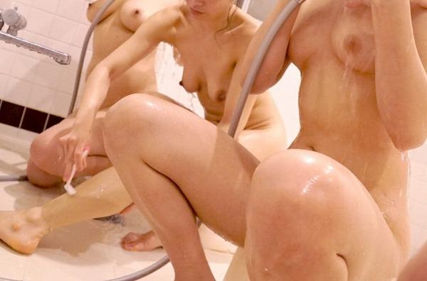 シャワーしている女を盗撮